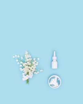 Conceito de alergia sazonal de primavera e verão à floração pílulas anti-histamínicas spray nasal e flores perfumadas