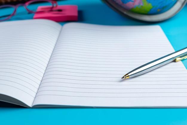 Conceito de alfabetização do dia internacional com ferramentas de aprendizagem
