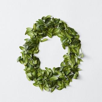 Conceito de alfabeto inglês. alfabeto isolado. letras abc de folhas verdes. letra o representada com folhas verdes. símbolo o
