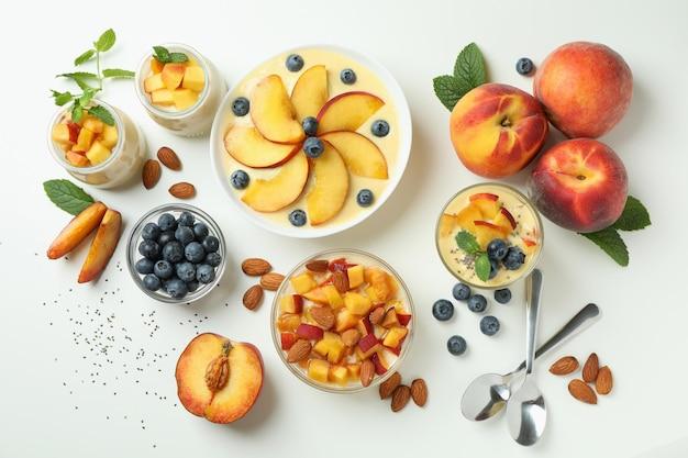 Conceito de alimentação saudável com iogurte de pêssego e ingredientes em fundo branco