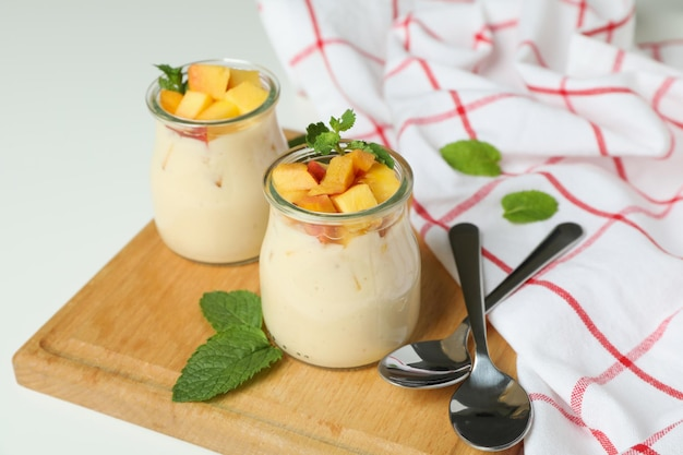 Conceito de alimentação saudável com iogurte de pêssego em fundo branco