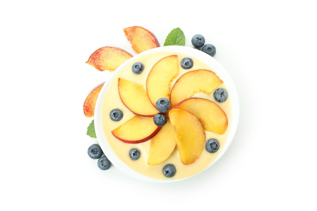 Conceito de alimentação saudável com iogurte de pêssego isolado no fundo branco