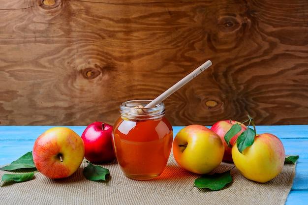 Conceito de alimentação saudável com pote de mel de vidro e maçãs frescas, cópia espaço
