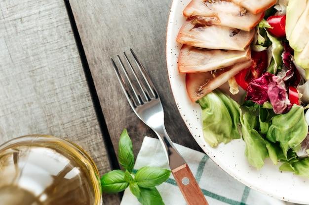 Conceito de alimentação saudável plana leigos. dieta mediterrânea, prato com salada de folhas verdes de alface