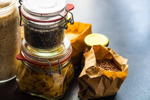 Conceito de alimentos com variedade de lista de produtos de sobrevivência como trigo sarraceno, arroz, feijão, macarrão e sementes de anúncio