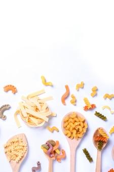 Conceito de alimentos italianos e design do menu. vários tipos de massas farfalle, massas a riso, orecchiette pugliesi, gnocco sardo +