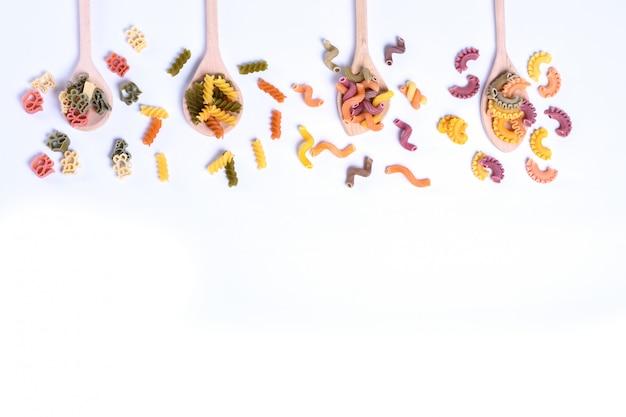 Conceito de alimentos italianos e design do menu. vários tipos de massas farfalle, massas a riso, orecchiette pugliesi