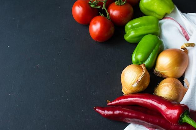 Conceito de alimentos orgânicos com variedade de legumes no quadro escuro