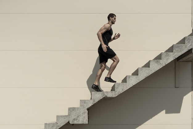 Conceito de ambições com esportista subir escadas.