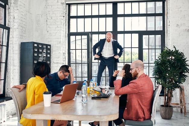 Conceito de amigos de comunicação brainstorming falando. pessoas de negócios que encontram o conceito de conexão de dispositivo digital corporativo, foco seletivo.