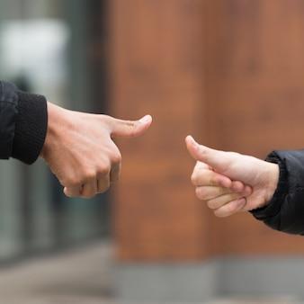 Conceito de amizade com sinais de mãos