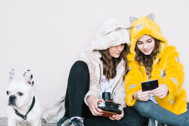 Conceito de amizade de duas garotas com câmera