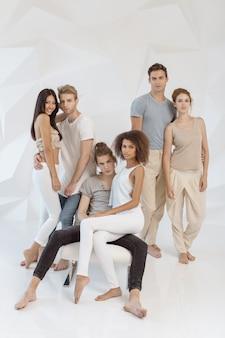 Conceito de amizade e relacionamento. grupo de jovens multiétnicos bonitos vestindo roupas casuais