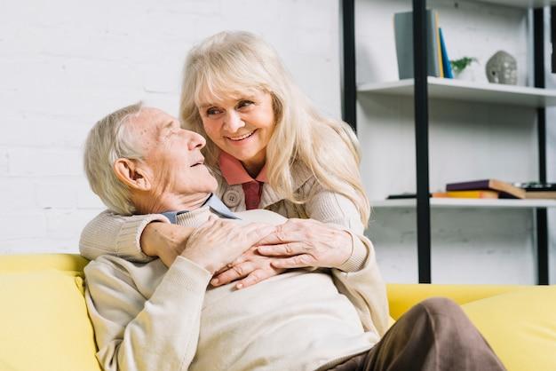 Conceito de amor com casal sênior