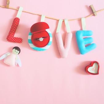 Conceito de amor com feitos à mão e artesanato em fundo rosa