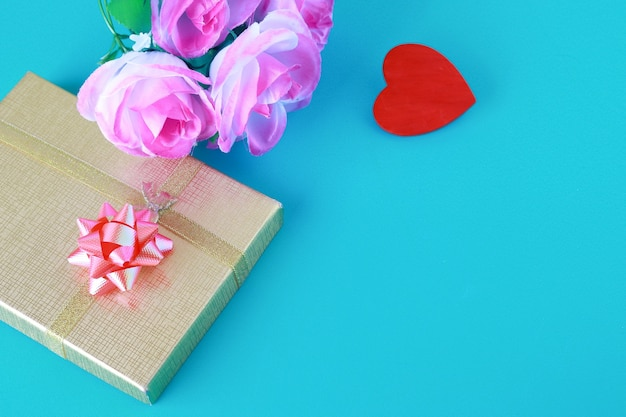 Conceito de amor e dia dos namorados com coração vermelho e caixa de presente