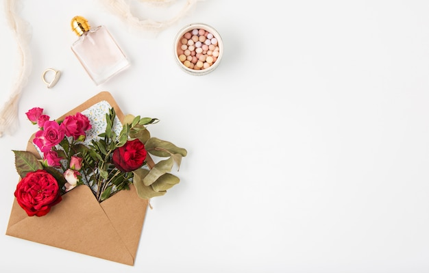 Conceito de amor ou dia dos namorados. lindas rosas vermelhas em envelopen