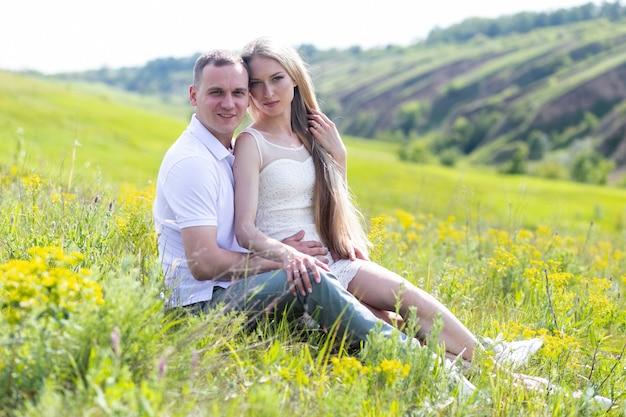 Conceito de amor, relacionamento, família e pessoas - casal feliz caminhando no parque de verão