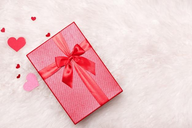 Conceito de amor. vista superior das caixas de presente vermelhas com laço.