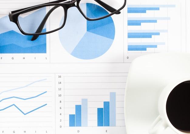 Conceito de análise de dados financeiros, óculos e café em documentos de negócios