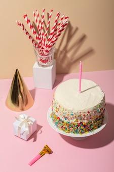 Conceito de aniversário com bolo e chapéu