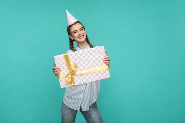 Conceito de aniversário com uma linda garota em fundo azul