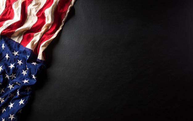 Conceito de aniversário do dia de martin luther king. bandeira americana contra fundo preto de madeira