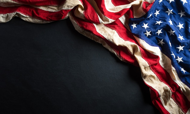Conceito de aniversário do dia de martin luther king. bandeira americana contra madeira preta