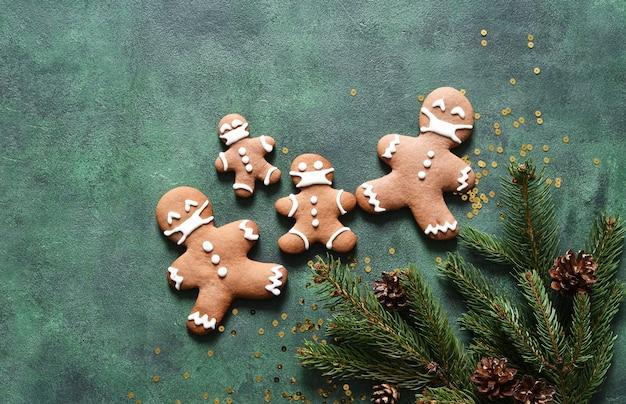 Conceito de ano novo. biscoitos de abeto e gengibre em um fundo verde de concreto. vista de cima.