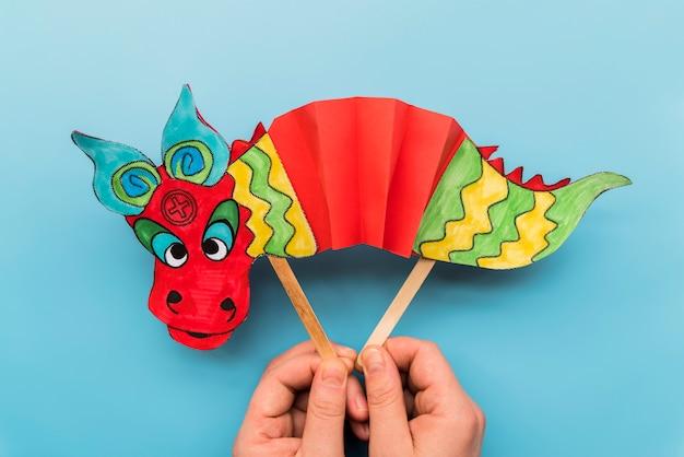 Conceito de ano novo chinês com mão feita dragão