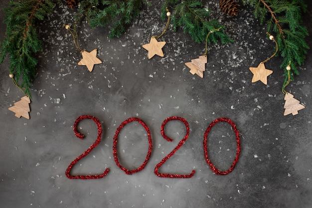 Conceito de ano novo com decorações de férias de inverno e número 2020.