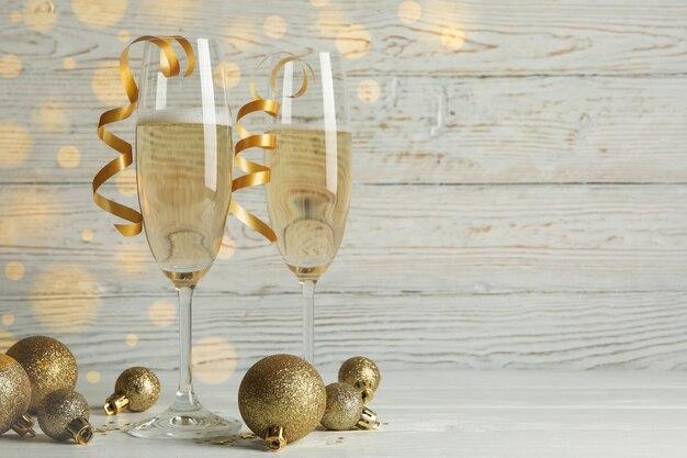 Conceito de ano novo com taças de champanhe