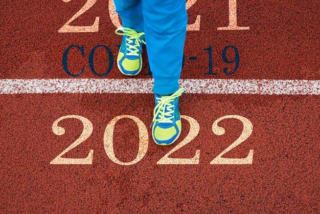 Conceito de ano novo. concentre-se na transição de 2021 para 2022 e covid-19 na esteira.
