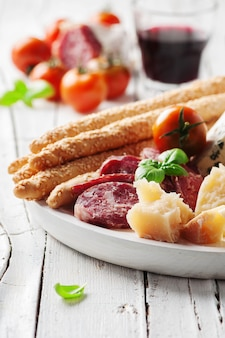 Conceito de antepasto italiano com queijo e salsicha