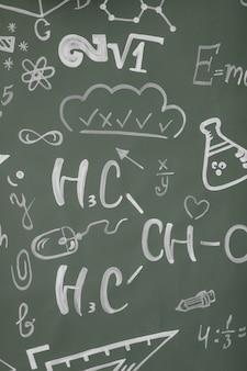 Conceito de aprendizagem. de volta à escola. fundo com inscrições do curso escolar. as fórmulas são escritas em um quadro negro.