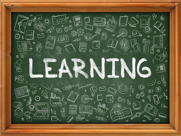 Conceito de aprendizagem. ilustração do estilo de linha. aprendizagem manuscrita na lousa verde com ícones do doodle ao redor.