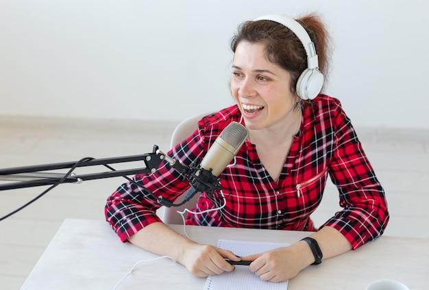Conceito de apresentador de rádio - retrato de uma apresentadora de rádio com fones de ouvido
