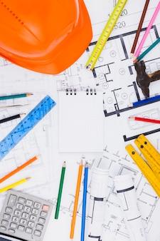 Conceito de arquitetura com o bloco de notas e planos de construção