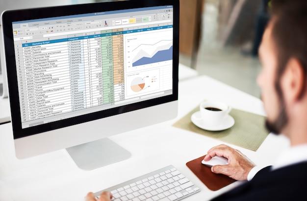 Conceito de arquivo de relatório de orçamento de marketing de planilha