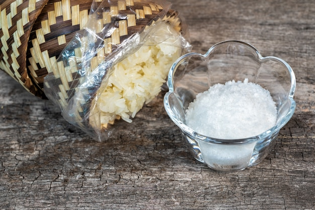Conceito de arroz com sal em saladas alimentos para pessoas sem dinheiro durante a economia mundial são ruins.