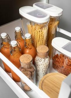 Conceito de arrumação com arranjo de gêneros alimentícios