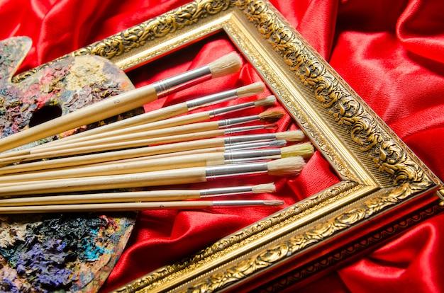 Conceito de arte com paleta e pincéis