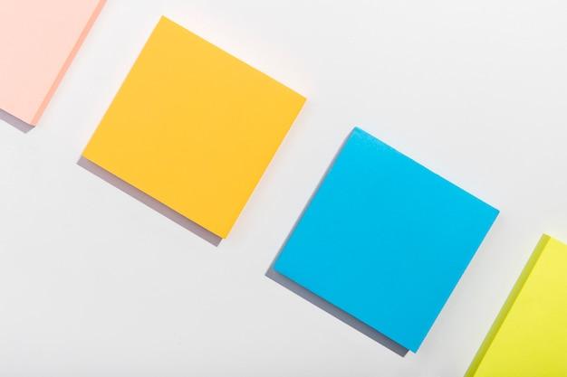 Conceito de artigos de papelaria com notas autoadesivas