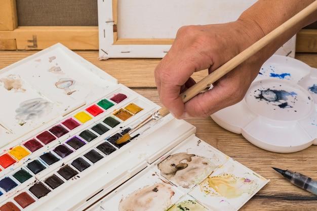 Conceito de artista moderno com pincéis e tinta colorida