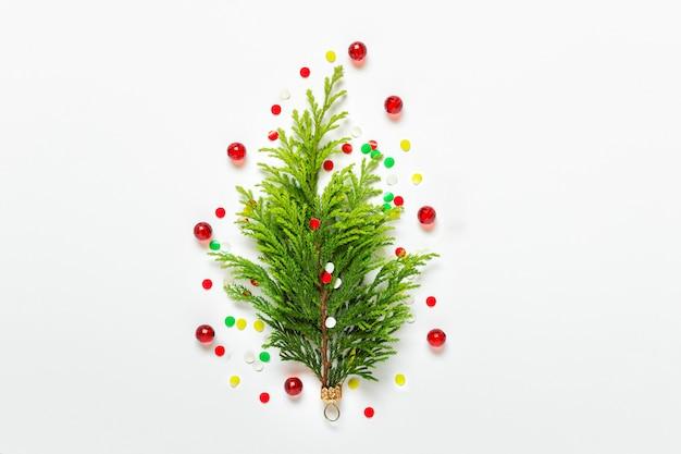 Conceito de árvore de natal com enfeites de confete