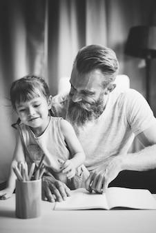 Conceito de atividade junto com a filha e o pai para a família