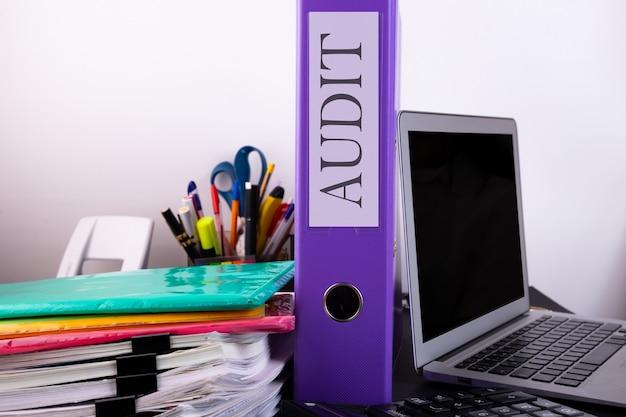 Conceito de auditoria. pacotes de documentos de contabilidade sobre a mesa e o laptop.