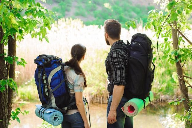 Conceito de aventura, viagens, turismo, caminhada e pessoas