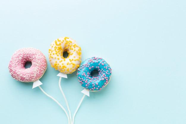 Conceito de balão com donuts copie o espaço