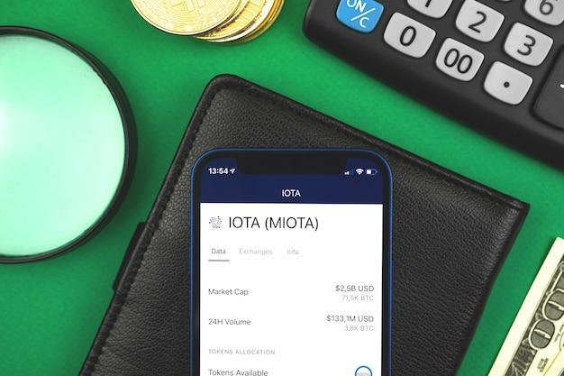 Conceito de banco on-line de criptomoeda iota miota, com o seu telefone móvel, financiamento de negociação de criptografia e troca de fotos de fundo